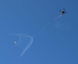 Dronecatcher schiet drones neer met net en parachute