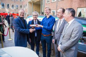 V.l.n.r.: Henk Kamp (minister van Economische Zaken), Roger van Boxtel (NS), Tim Houter (Hardt), Rinke Zonneveld (InnovationQuarter), Tim van der Hagen (TU Delft) (foto: Daniel Verkijk)