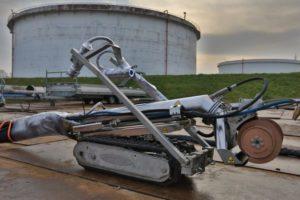 Robot op rupsbanden vervangt werknemers bij tankcleaning Shell Pernis